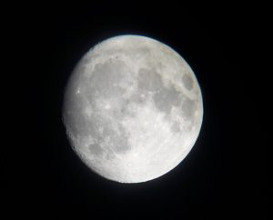 Scatto della Luna con uno smartphone all'oculare