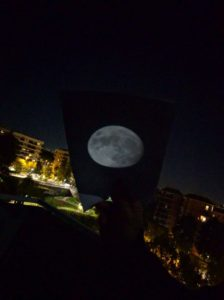 Proiezione della Luna su un foglio bianco